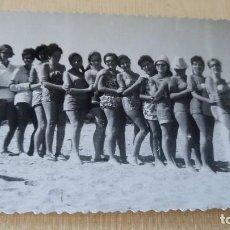 Postales: ANTIGUA FOTOGRAFÍA. GRUPO DE CHICAS EN LA PLAYA. CULLERA. VALENCIA. FOTO AÑOS 60. . Lote 76599151