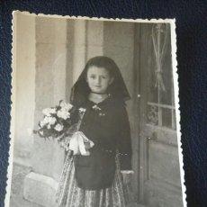 Postales: ANTIGUA FOTOGRAFÍA. NIÑA CON INDUMENTARIA DEL LUGAR. FOTOS NÚÑEZ. VIVER. CASTELLÓN. FOTO AÑOS 60. . Lote 81662140