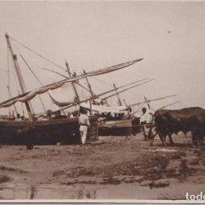 Postales: VALENCIA - SACANDO LAS BARCAS DEL MAR CON BUEYES. Lote 99197059