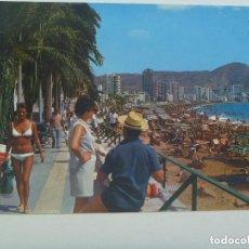 Postales: POSTAL DE BENIDORM ( ALICANTE ) : PASEO Y PLAYA DE LEVANTE. AÑOS 60. CHICA EN BIKINI. Lote 136512058
