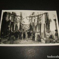 Postales: CARCER VALENCIA CALLE ENGALANADA FIESTAS POSTAL FOTOGRAFICA AÑOS 30 VICENTE J. GARCIA FOTOGRAFO. Lote 140025198