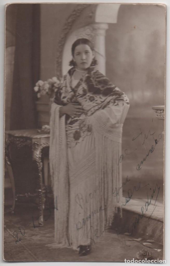 FOTOGRAFIA CHICA CON MANTON - TARJETA POSTAL - PHOTO GILARDI (Postales - España - Comunidad Valenciana Antigua (hasta 1939))
