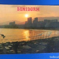 Postales: BENIDORM ALICANTE POSTAL ATARDECER EN EL PUERTO PLAYA CIUDAD Y BARCOS HNOS GALIANA 1987. Lote 176985249
