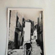 Postales: PEÑISCOLA. CASTELLON. *CALLE NUEVA* EDC. DARVI Nº 17 - POSTAL FOTOGRAFICA DE LOS AÑOS 50. Lote 189428450