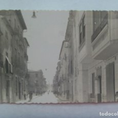 Postales: POSTAL DE NOVELDA ( ALICANTE ): VISTA PARCIAL DE LA CALLE JOSE ANTONIO. TROQUELADA, AÑOS 50. Lote 194222681