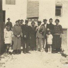 Postales: PLANES DE LA BARONÍA. ALICANTE. GRUPO FAMILIAR CON CURA. PRINCIPIOS SIGLO XX.. Lote 218704855