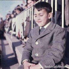 Postales: DIAPOSITIVA ESPAÑA VALENCIA MESTALLA CAMPO FÚTBOL 1965 GRAN FORMATO 55MM LUIS CASANOVA NIÑO RETRATO. Lote 231857285