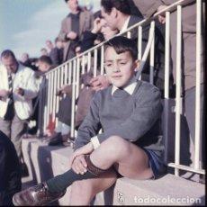 Postales: DIAPOSITIVA ESPAÑA VALENCIA MESTALLA CAMPO FÚTBOL 1965 GRAN FORMATO 55MM LUIS CASANOVA NIÑO RETRATO. Lote 231857785