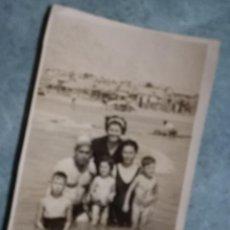 Postales: ANTIGUA FOTO AÑOS 40 BALNEARIOS ALICANTE Y FAMILIA EN PLAYA. Lote 236966980