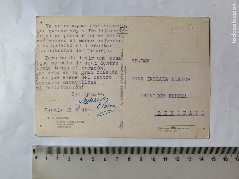Postales: POSTAL. BENIDORM. ALICANTE. PLAYA DE LEVANTE Y CIUDAD. A. SUBIRATS CASANOVAS. EDICIONES PERGAMINO. - Foto 2 - 261981705
