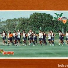 Postales: VALENCIA SUPER DEPORTE - FOTO POSTAL, PLANTILLA CONCENTRADA EN EL SALER. Lote 288874653