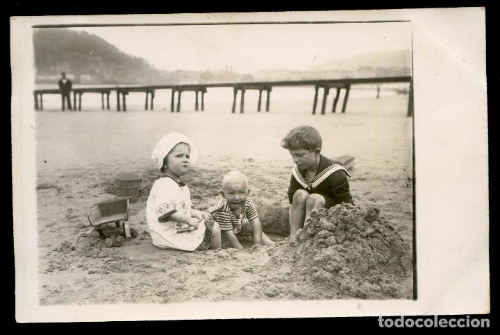 LOS INFANTES JUGANDO EN LA PLAYA DE SAN SEBASTIÁN, POSTAL FOTOGRÁFICA (Postales - Postales Temáticas - Conmemorativas)