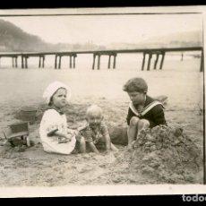 Postales: LOS INFANTES JUGANDO EN LA PLAYA DE SAN SEBASTIÁN, POSTAL FOTOGRÁFICA. Lote 172025310