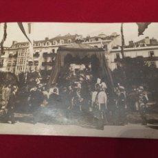 Postales: POSTAL DE UNA CELEBRACIÓN CON EL REY ALFONSO XIII. Lote 201792152