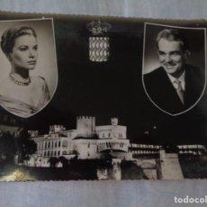 Postales: GRACE KELLY Y RAINIERO DE MONACO - BONITA POSTAL CONMEMORATIVA DE SU BODA CON 2 CUÑOS Y SELLO. Lote 288431053