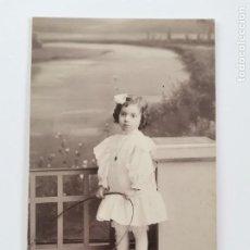 Postales: P-12868. POSTAL FOTOGRAFICA NIÑA CON ARO.ESTUDIO SANTOJA, BARCELONA. PRINCIPIOS S.XX.. Lote 294141058