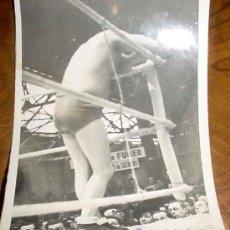 Coleccionismo deportivo: ANTIGUA FOTOGRAFIA DE FLORENT WOIGNEZ - LUCHA LIBRE - CATCH - MIDE 12 X 9 CMS.. Lote 6522310