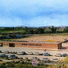 Coleccionismo deportivo: GUADALAJARA - CAMPO DE DEPORTES (1970) - POSTAL CON COCHES ANTIGUOS. Lote 26230082