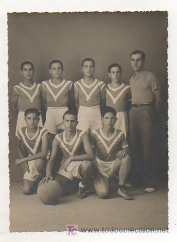 FOTOGRAFÍA DE UN EQUIPO DE BASQUET. BASKET - BALL. FOTO R ROS - MOLLET. (Coleccionismo Deportivo - Postales de otros Deportes )