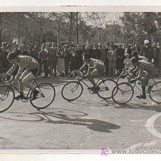 Coleccionismo deportivo: FOTOGRAFÍA ORIGINAL. CICLISMO. CAMPEONATO DE CATALUÑA. UN MOMENT DE LA PROVA. 13 X 18 CM.. Lote 15645809