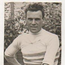 Coleccionismo deportivo: FOTOGRAFÍA ORIGINAL. CICLISMO. EL CICLISTA 'MIGUEL MUCIO'. 16 X 10,5 CM. C.1930.. Lote 131891874