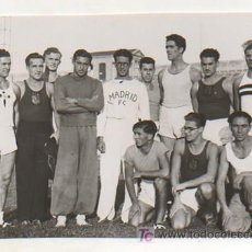 Coleccionismo deportivo: FOTOGRAFÍA ORIGINAL. 1935. ATLETISMO. DECATHLON. GRUPO DE PARTICIPANTES A LOS CAMPEONATOS. 16X11 CM.. Lote 16570057