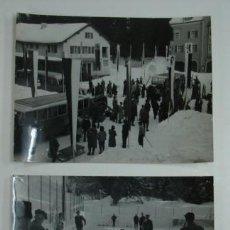 Coleccionismo deportivo: DOS FOTOGRAFÍAS: LLEGADA DE ESQUIADORES Y GENTE JUGANDO A CURLING. SUIZA. 24 X 18 CM.. Lote 18832626