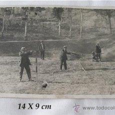 Coleccionismo deportivo: FOTO POSTAL ANTIGUA TIRO AL PLATO O PICHON CAZA SEVILLA CAZADORES. Lote 21539885