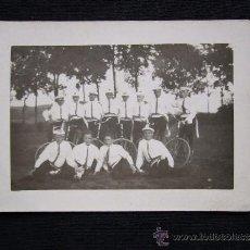 Coleccionismo deportivo: FOTO. HOMBRES EN BICICLETA. BLANCO Y NEGRO.. Lote 33203826