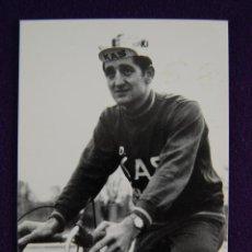 Coleccionismo deportivo: POSTAL EQUIPO CICLISTA KAS (VITORIA. ALAVA). FELIX GONZALEZ. AÑO 1969. FOTO ARQUE.. Lote 45229350