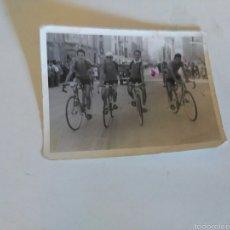 Coleccionismo deportivo: ANTIGUA FOTO..EQUIPO QUE REPRENTABA A BURGOS EN LA VUELTA A PALENCIA..AÑOS 60. Lote 57788744