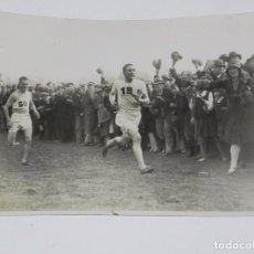 Coleccionismo deportivo: FOTOGRAFIA DE ALTETAS EN EL CROSS COUNTRY CHAMPIONSHIP AT LEAMIINGTON, T. EVENSON LLEGANDO A LA META. Lote 91807490