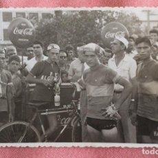 Coleccionismo deportivo: FOTOGRAFÍA FORMATO POSTAL.CICLISMO. COCA COLA. FAEMA. PEÑA CICLISTA ALGEMESÍ. 24 AG 1958. ALCIRA.. Lote 96814523