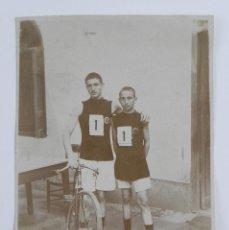 Coleccionismo deportivo: FOTOGRAFIA DE HERMANOS LEMMEL VENCEDORES DE CARRERES DE CICLISMO, MIDE 10 X 6 CMS.. Lote 100122115