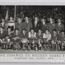 Coleccionismo deportivo: FOTO POSTAL DEL EQUIPO ESPAÑOL DE HOCKEY SOBRE PATINES, CAMPEON DEL MUNDO DE 1954, FOTO PEREZ DE ROZ. Lote 106989015