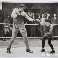 Coleccionismo deportivo: FOTOGRAFIA DEL BOXEADOR ITALIANO PRIMO CARNERA, BOXEO, EN UNA EXHIBICION CON FRANKIE GENARO CAMPEON. Lote 107084655