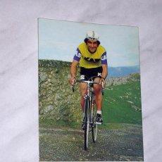 Coleccionismo deportivo: POSTAL PUBLICITARIA DE KAS. ¡A TODO KAS! JUAN ZURANO. CICLISMO. BICICLETA. EVAGRAF, VITORIA, 1975. +. Lote 121498087