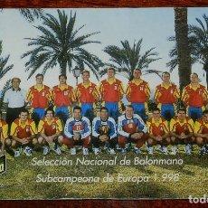 Coleccionismo deportivo: FOTO POSTAL DE LA SELECCION ESPAÑOLA DE BALONMANO - SUBCAMPEONA DE EUROPA 1.998 - REVERSO CON SELLO. Lote 122293755