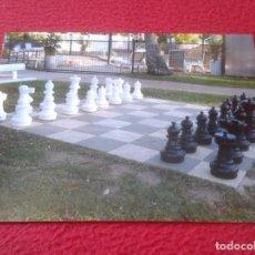 Coleccionismo deportivo: POSTAL POST CARD CARTE POSTALE AJEDREZ GIGANTE Y TABLERO EN EL SUELO GIANT CHESS BOARD AUSTRALIA VER. Lote 128096331