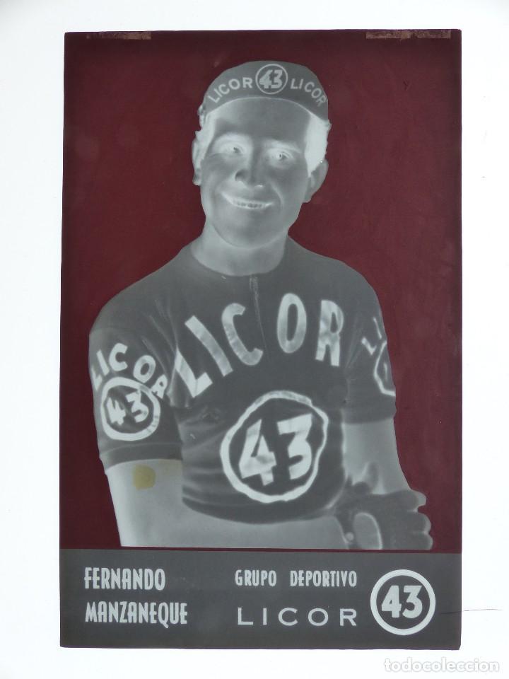 Coleccionismo deportivo: FERNANDO MANZANEQUE, LICOR 43 CICLISMO, CLICHE ORIGINAL, NEGATIVO EN CELULOIDE - ED. ARRIBAS - Foto 2 - 130186447