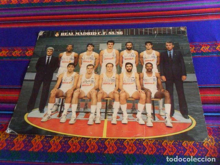 POSTAL GIGANTE 42X31 CMS PLANTILLA REAL MADRID C.F. DE BALONCESTO TEMPORADA 85 86 1895 1986. RARA. (Coleccionismo Deportivo - Postales de otros Deportes )