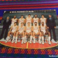 Coleccionismo deportivo: POSTAL GIGANTE 42X31 CMS PLANTILLA REAL MADRID C.F. DE BALONCESTO TEMPORADA 85 86 1895 1986. RARA.. Lote 137422618
