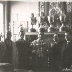 Coleccionismo deportivo: ANTIGUA FOTOGRAFIA DEL REAL MADRID BALONCESTO – GANADOR COPA DE EUROPA – 1962?. Lote 148993826