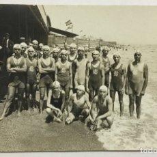 Coleccionismo deportivo: CLUB NATACIÓN BARCELONA. WATERPOLO. POSTAL FOTOGRÁFICA. (C. 1910) GRUPO DE NADADORES. . Lote 178667858