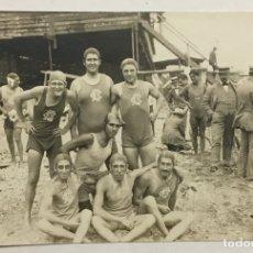 Coleccionismo deportivo: CLUB NATACIÓN BARCELONA. WATERPOLO. POSTAL FOTOGRÁFICA. (C. 1910) GRUPO DE NADADORES. . Lote 178668043