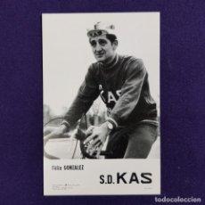 Coleccionismo deportivo: POSTAL DEL EQUIPO CICLISTA S.D. KAS. FELIX GONZALEZ. AÑO 1969. FOTO ARQUE. CICLISMO. VITORIA. ALAVA.. Lote 196083102