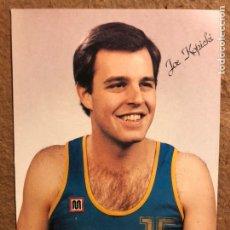 Coleccionismo deportivo: JOE KOPICKI. FOTOGRAFÍA PROMOCIONAL CAJA BILBAO BALONCESTO, CALENDARIO TEMPORADA 1986 AL DORSO. Lote 199172673