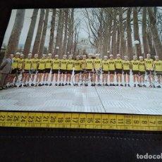 Coleccionismo deportivo: POSTAL GRAN TAMAÑO EQUIPO CICLISTA KAS 1977. Lote 206308292