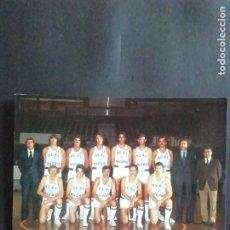 Coleccionismo deportivo: POSTAL REAL MADRID DE BALONCESTO 1975 - 76 CON 7 AUTÓGRAFOS. Lote 218674063