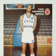 Coleccionismo deportivo: TARJETA POSTAL DE EQUIPO BALONCESTO CAJA AHORROS RONDA. AÑO 1988. FICHA DEL JUGADOR DEVEREAUX. Lote 222342726